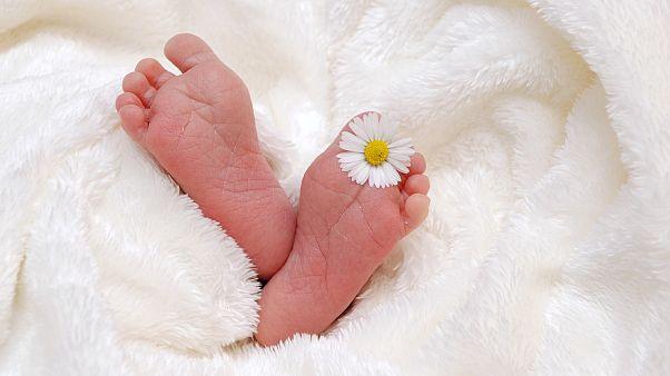 جمع عينات حمض نووي من عاملين بمشفى بعد إنجاب أمريكية لطفل وهي في غيبوبة طويلة