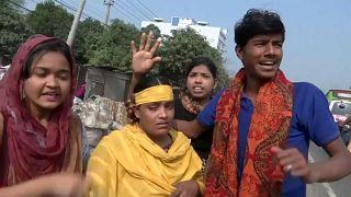 بنغلاديش: قنابل الغاز وخراطيم المياه في مواجهة احتجاجات الآلاف من عمال صناعة الملابس
