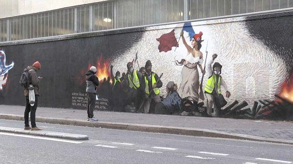 Video   Fransız Devrimi'nin sembolü Marianne ile Sarı Yelekliler duvar resminde yan yana geldi