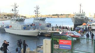 شاهد: فرحة عشرات المهاجرين وصلوا مالطا بعد أن بقوا عالقين أسبوعيْن في عرض البحر