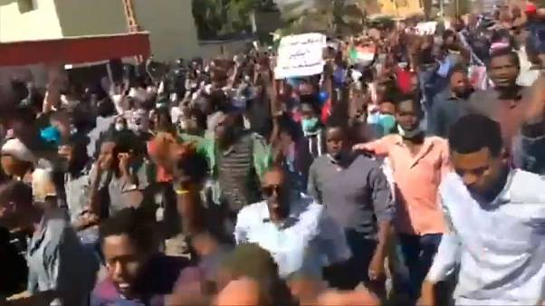"""مزيد من الضحايا في احتجاجات السودان والبشير لمعارضيه: """"باق في السلطة"""""""