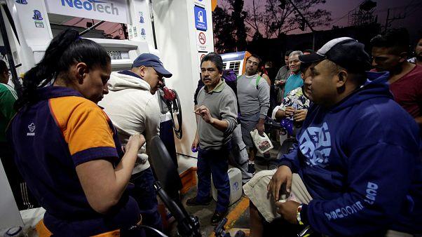 Clientes esperan para repostar en una gasolinera de Ciudad de México