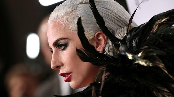 ليدي غاغا تتعهد بحذف أغنية ثنائية مع المغني آر. كيلي بعد اتهامه بالتحرش الجنسي