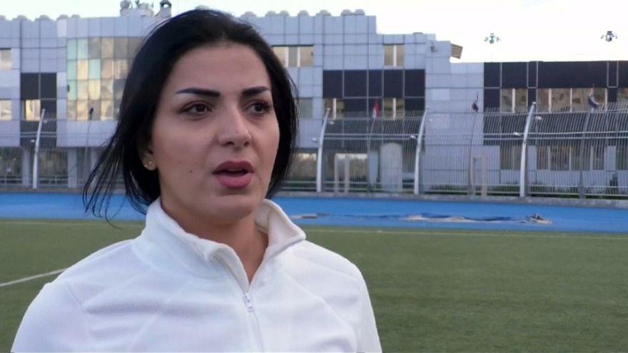 شاهد: مها جنود أول مدربة كرة قدم لنادي رجالي تتحدى النزاع والعقليات في سوريا