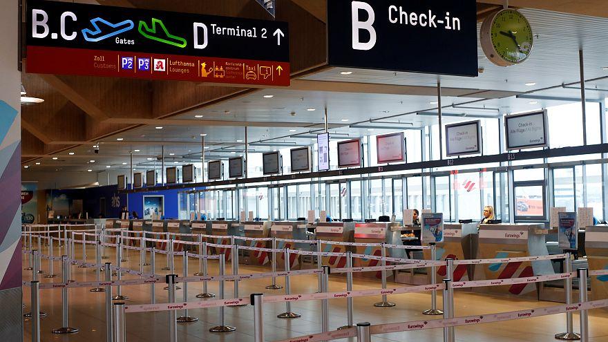 Üres utasfelvételi csarnok a Köln-Bonn reptéren