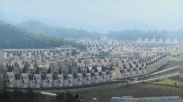 Video: Eine Siedlung mit Märchenschlössern verwandelt sich in eine Geisterstadt
