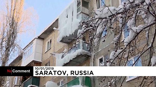 Russie : des stalactites de glace menacent la sécurité des passants