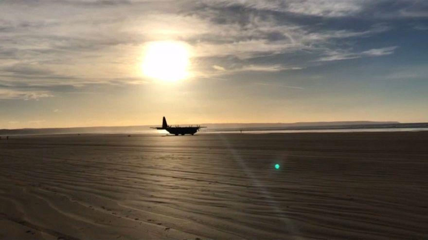 شاهد: هبوط طائرة عسكرية تابعة لسلاح الجو الملكي البريطاني على شاطئ