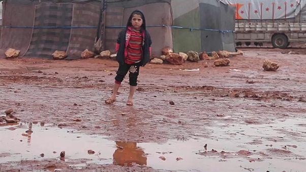 مرارة اللجوء وقسوة الطبيعة.. 11 ألف طفل سوري في إدلب يواجهون البرد والمطر
