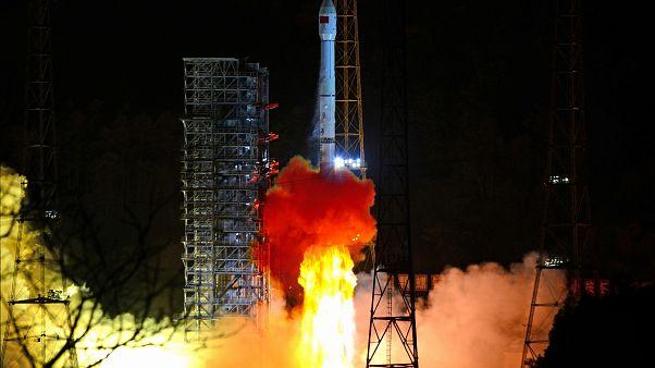 شاهد: الصين تطلق صاروخا يحمل قمرا اصطناعيا للاتصالات