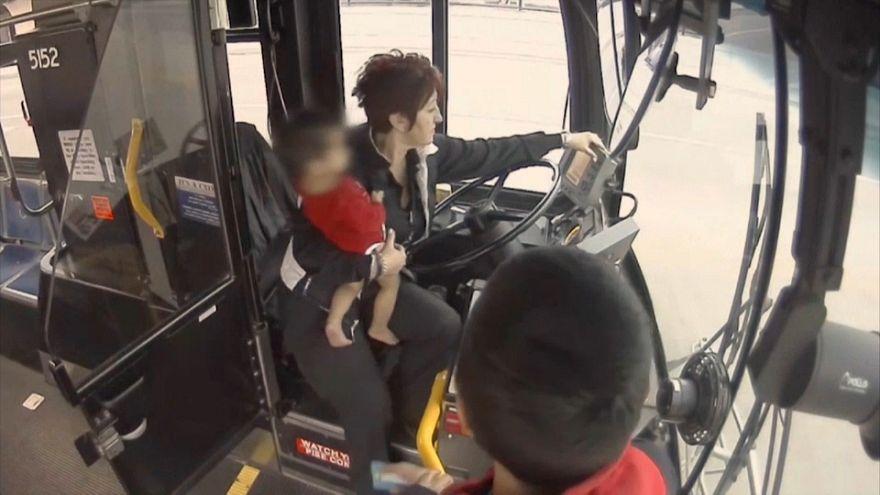 شاهد: سائقة حافلة تنقذ طفلا رضيعا تائها حذو الطريق العام في البرد القارس