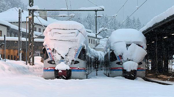 Dois comboios regionais alemães bloqueados pela neve em Berchtesgaden