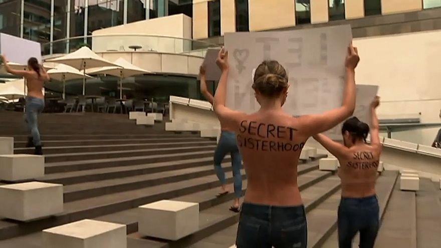Avustralyla'da kadınlardan soyunarak protesto