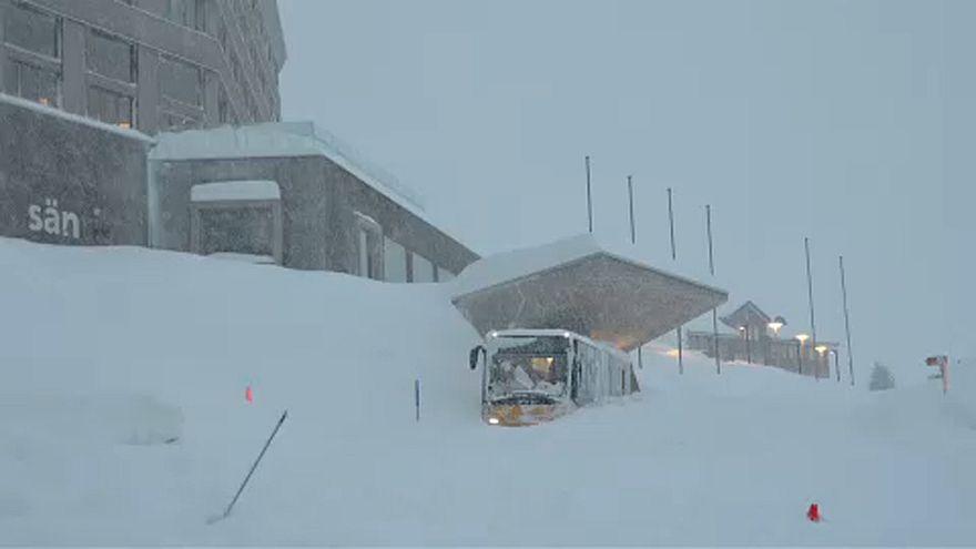 Svájc: Elöntött egy hotelt a lavina