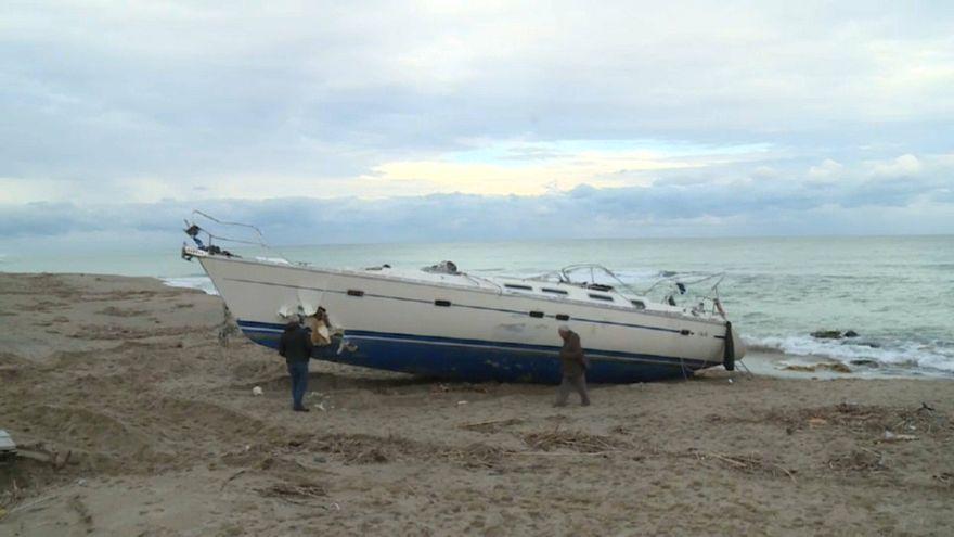 Veliero con 51 curdi in secca davanti a Melissa, in Calabria