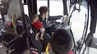 Video | Dondurucu soğukta yalın ayak koşturan çocuğun imdadına otobüs şoförü yetişti