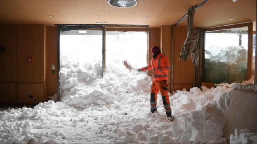 شاهد: انهيار ثلجي قوي يدمر الطابق الأرضي لفندق في سويسرا