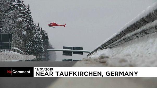 Un hélicoptère utilise ses hélices pour retirer la neige des arbres