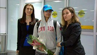 شاهد: لحظة وصول  الفتاة السعودية رهف القنون الهاربة من أسرتها إلى مطار تورونتو في كندا