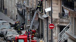Correção: Autoridades dizem que são dois os mortos na explosão no centro de Paris.