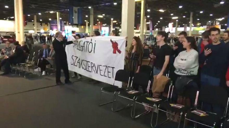 Dühös diákok spontán tüntetéssel fogadták a helyettes államtitkárt