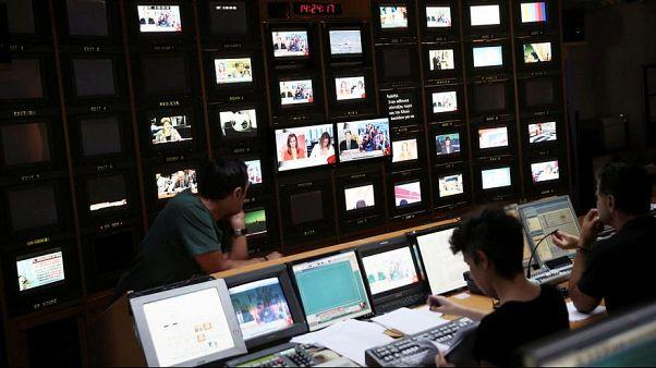 Yunan öğretmenler devlet televizyonu ERT'yi canlı yayın sırasında işgal etti