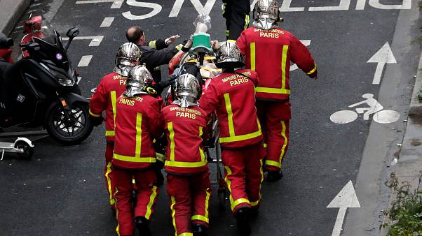 Bombeiros de Paris descobrem corpo nos escombros após explosão
