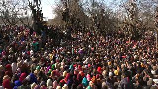 شاهد: آلاف الكشميريين يحتشدون على الأرض وفوق الأشجار في جنازة معارض إسلامي