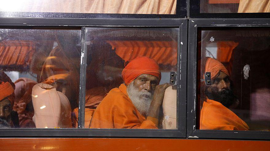 Színes képekkel árasztották el a hindu zarándoklatnak otthont adó indiai várost