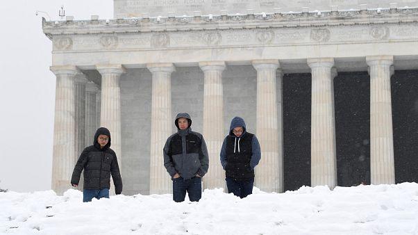 شاهد: عاصفة ثلجية تجتاح شرق أمريكا وتتسبب في مقتل  سبعة على الأقل