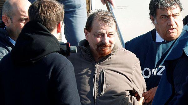 L'ex-activiste Battisti, extradé, aux mains des autorités italiennes.