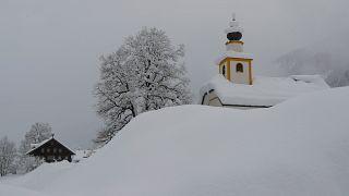 Localidade austríaca fica soterrada na neve