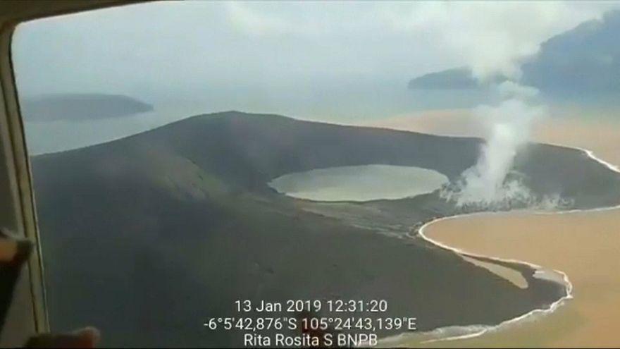 شاهد: لقطات جوية جديدة تظهر تغييرا هائلا في شكل بركان أناك كراكاتو بعد ثورانه