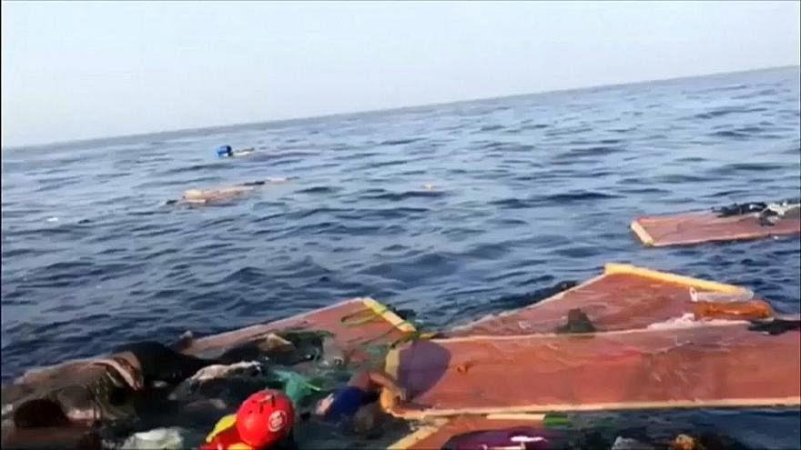 مهاجرون وثّقت مأساتهم صلبانُ نجارٍ إيطالي مصنوعة من خشب القوارب الغارقة