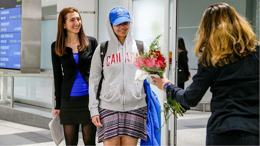 الفتاة رهف محمد القنون أثناء وصولها مطار تورنتو في كندا