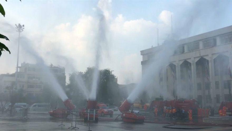 شاهد: مدافع المياه لمكافحة التلوث في بانكوك