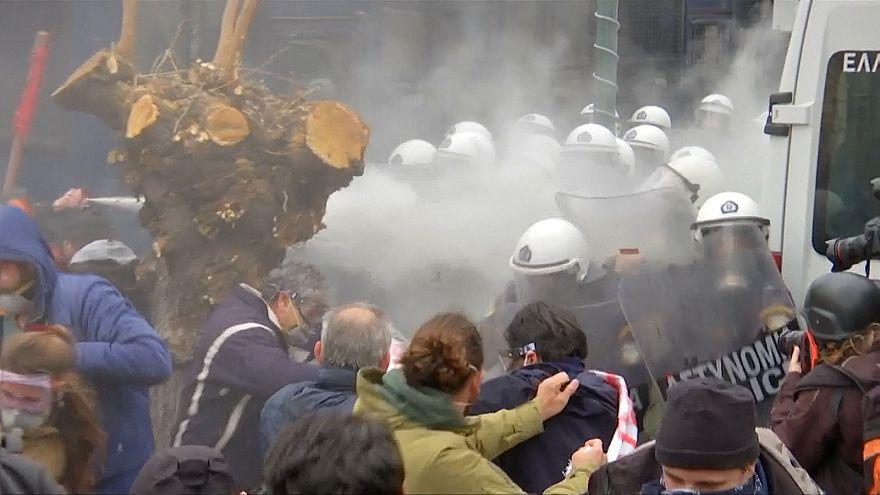 شاهد: حجارة وغاز مسيل للدموع في اشتباكات بين الشرطة ومعلمين في اليونان