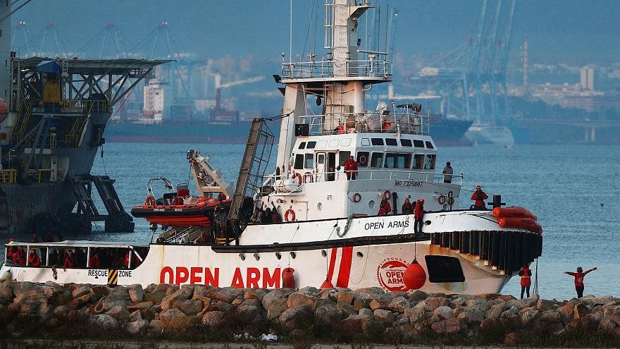 إسبانيا تمنع  سفينة إنقاذ مهاجرين من مغادرة ميناء برشلونة