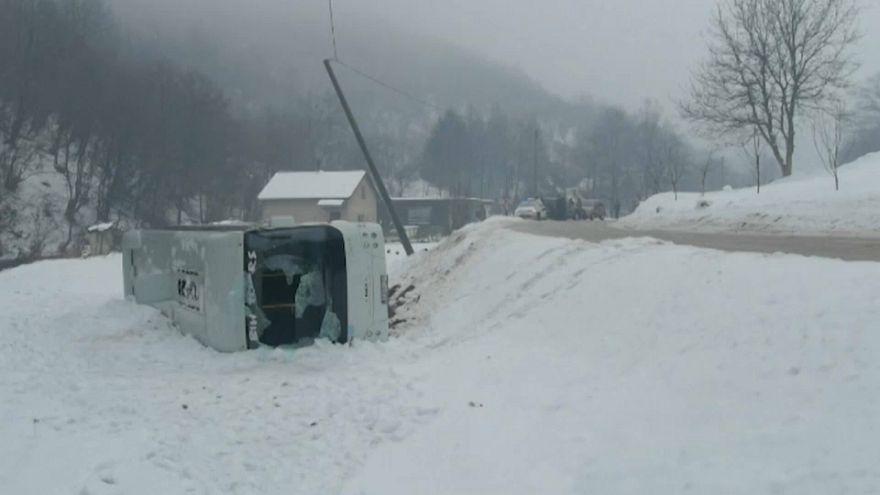 Neve: in Bosnia gravi incidenti stradali. Valanga su hotel in Baviera