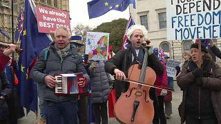 Opernsänger Simon Wallfisch vor dem Parlament in London