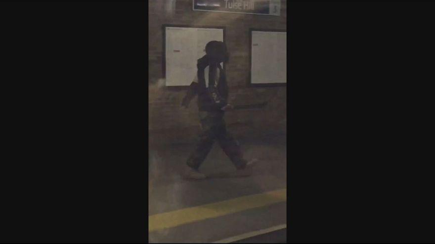 Metroda elinde satırla dolaşan şüpheli etkisiz hale getirildi