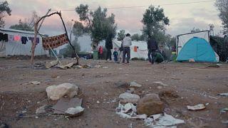 أطفال أفغان يعيشون البؤس في مخيمات اليونان بانتظار البت في مصيرهم