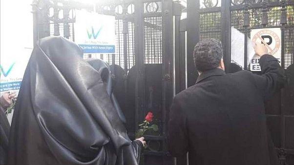 Διαμαρτυρία με μπούργκες έξω από την ιταλική πρεσβεία στην Αθήνα