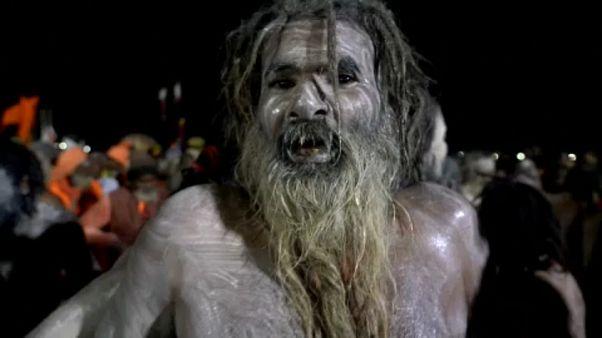 Via al Kumbh Mela, in migliaia fanno il bagno nel Gange
