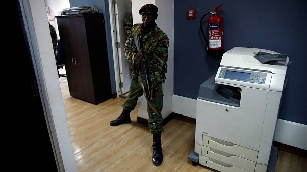 Sicherheitskräfte bemühen sich, ein Gebäude unter Kontrolle zu bringen