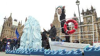 """لماذا نصب البريطانيون دمية """"تيريزا ماي"""" على سفينة """"تايتانيك"""" الغارقة؟"""