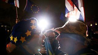 Brexit-Befürwoter und Brexit-Gegner vor dem Parlament in London