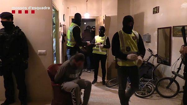 شاهد: اعتقال 17 شخصا في برشلونة على صلة بخلية إرهابية