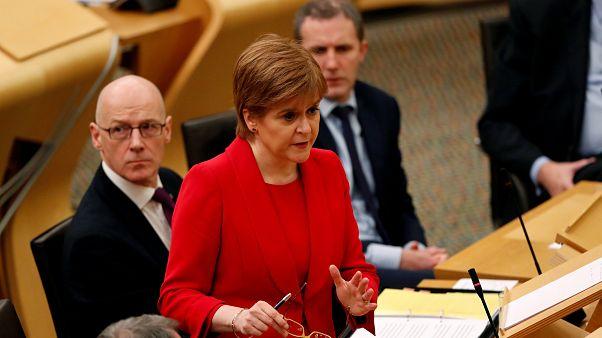 Sturgeon pide a May que paralice la salida de la UE y un nuevo referendum