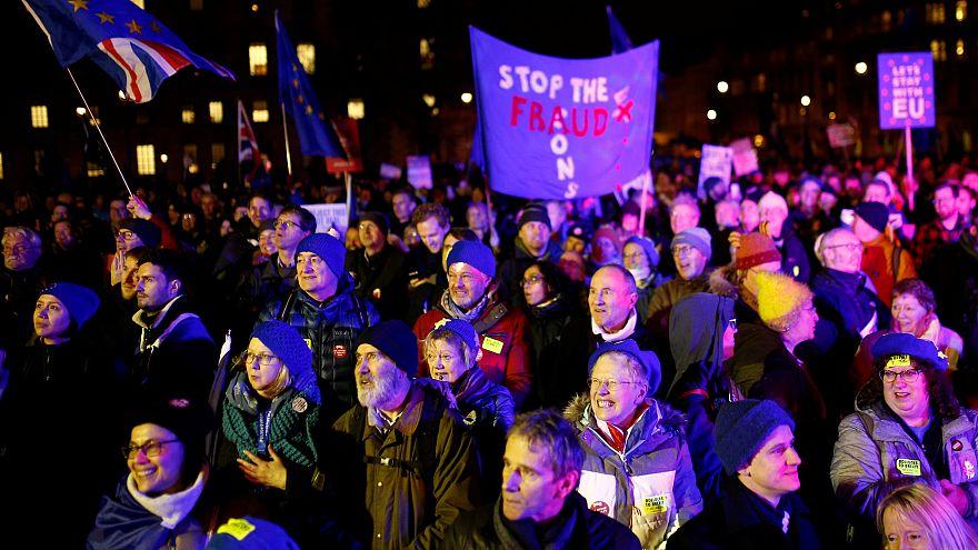 Brexit: Πανηγυρισμοί έξω από το κοινοβούλιο